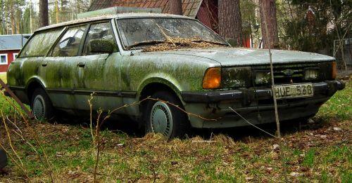 Picks-Up Junk Car